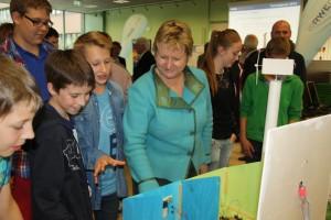 Maristenschüler erklären  Schulministerin Löhrmann den Wettbewerbsbeitrag