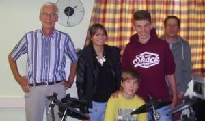 Leon Arnskötter mit den Schülerprechern Maurice Loock und Lea Berger (Mitte),  Herr Birkenhauer (links) und Herr Kowanda (rechts), bei der Übergabe des Schlagzeugs