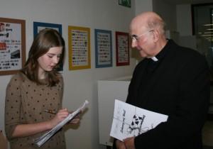 Bischof Genn im Gespräch mit Schülerzeitungsreporterin Christina (Foto: Justin)