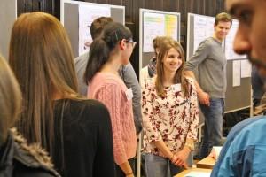 Stadtsekretäranwärterin Marie-Christin Veltmann erklärt den interessierten Schülern, was ihre Ausbildung spannend macht.