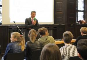 Bürgermeister Christoph Tesche begrüßt die Schülerinnen und Schüler im Ratssaal zur Veranstaltung.